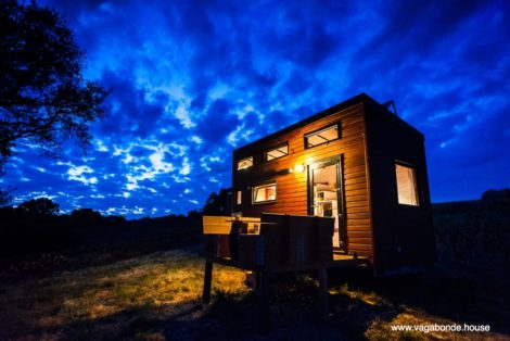exterior-tiny-house-night-vagabonde-house
